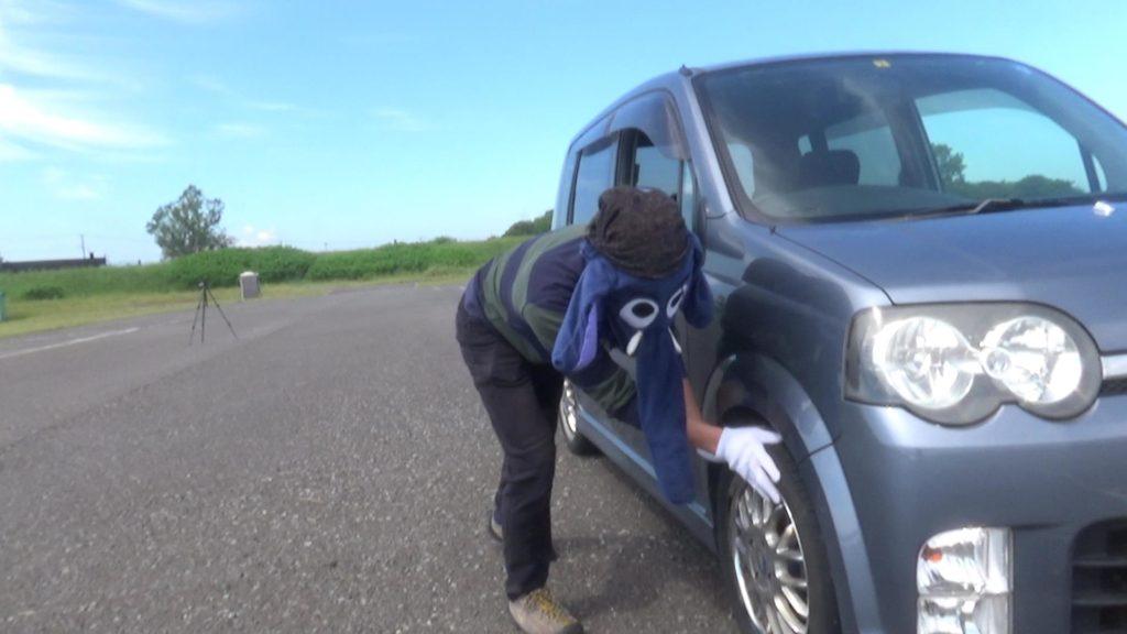タイヤを回すと片手だけでも車を動かすことができた