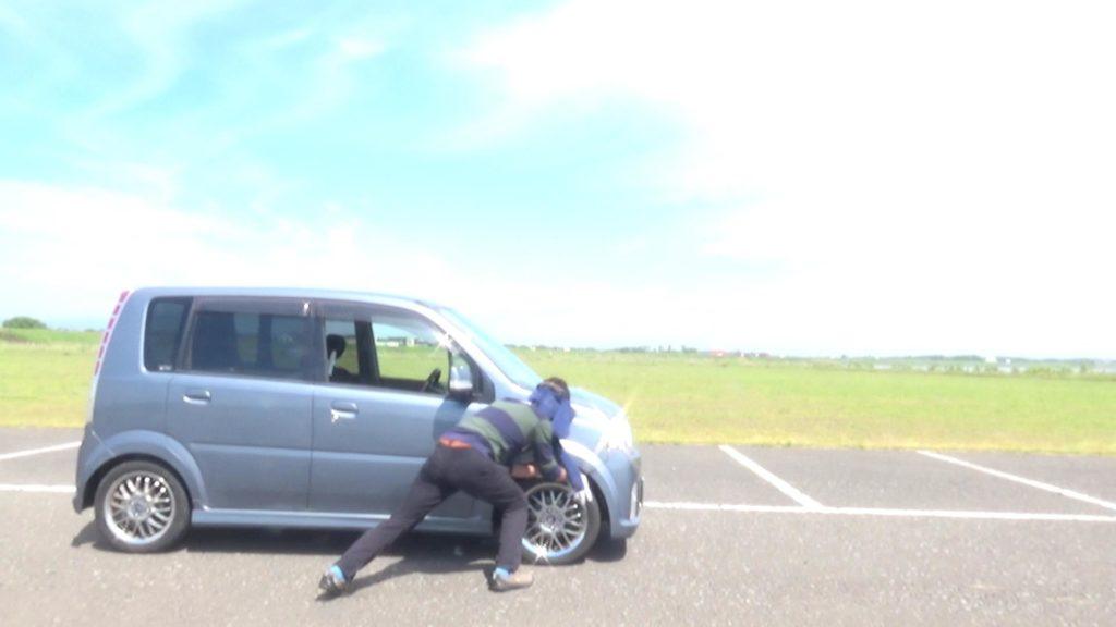 手でタイヤを回して車を10m動かす