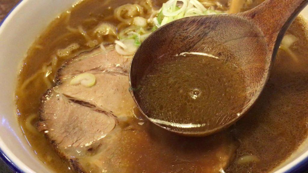 中華鍋で焼いた香ばしさのあるスープ