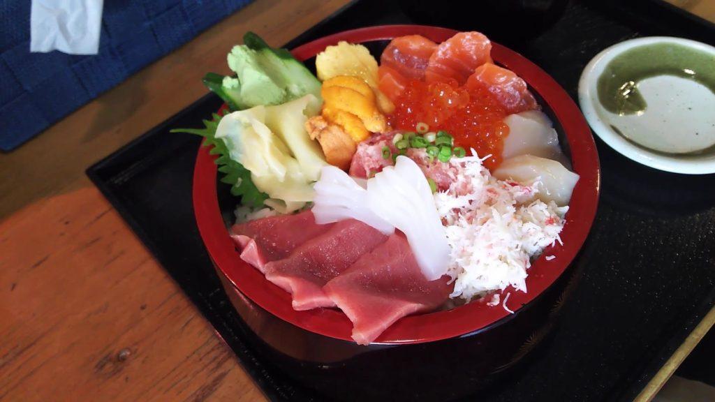 「丼兵衛」の「特選さっぽろ朝市丼」みそ汁付き 1580円(税別)