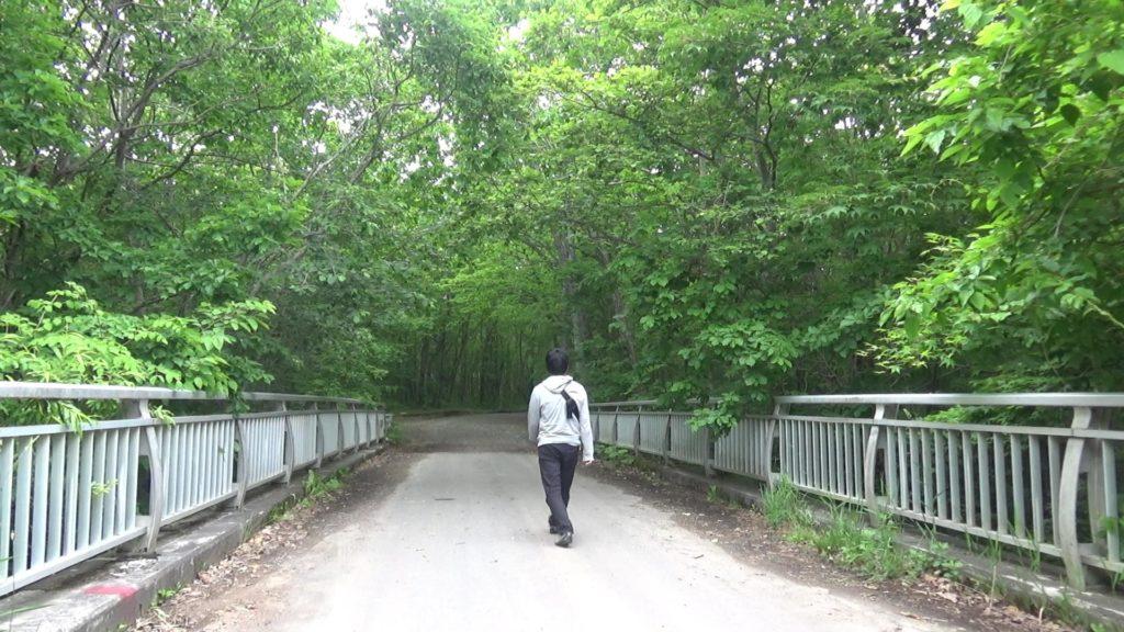 駐車場を背にして橋を渡る
